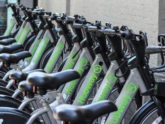 Une rangée de bicyclettes