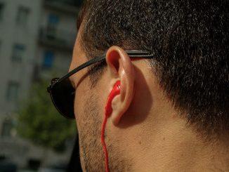 Un homme avec des écouteurs