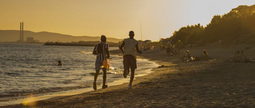 deux jeunes athlètes qui courent sur la plage
